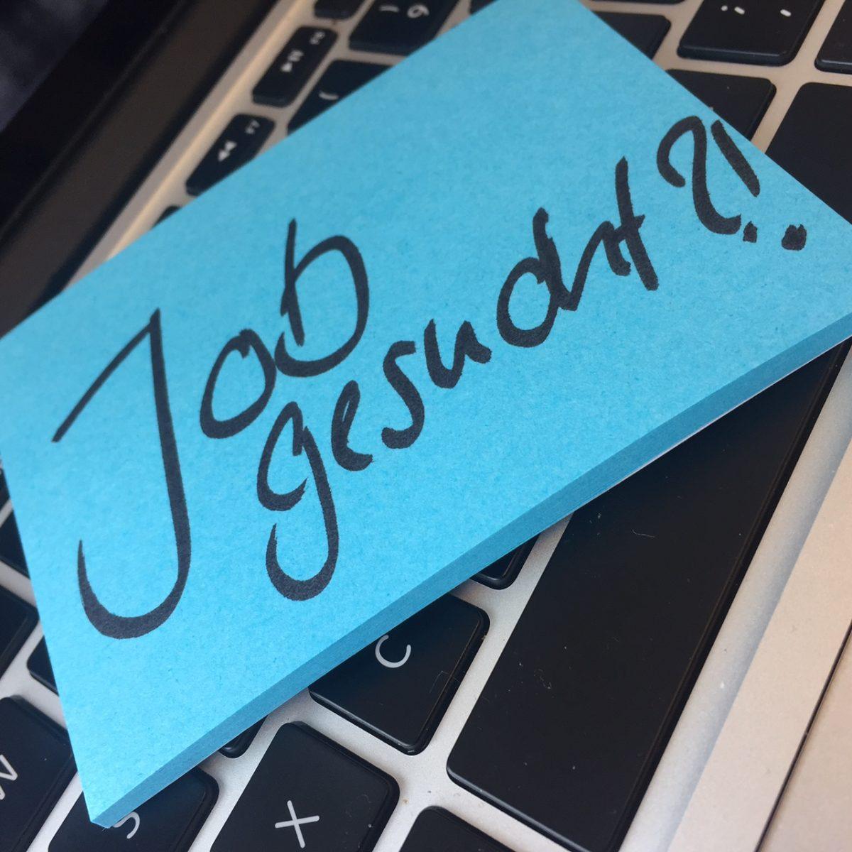 """Zettel, auf dem """"Job gesucht?!"""" geschrieben steht."""