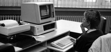 Jugend vor Computer der 80er Jahre