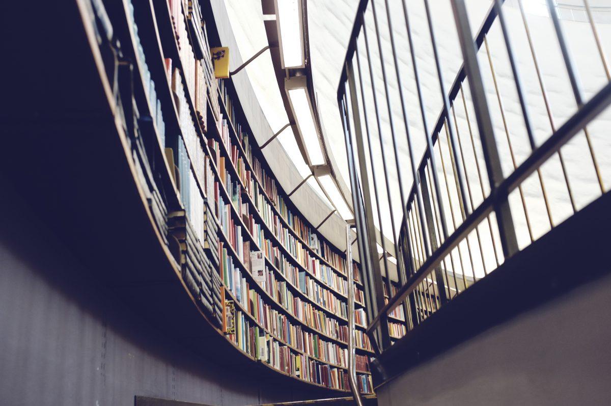 Bücherregale in einer Bilbliothek