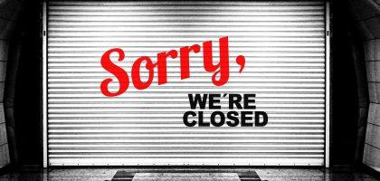 geschlossenes Tor mit der Aufschrift: Sorry, we're closed