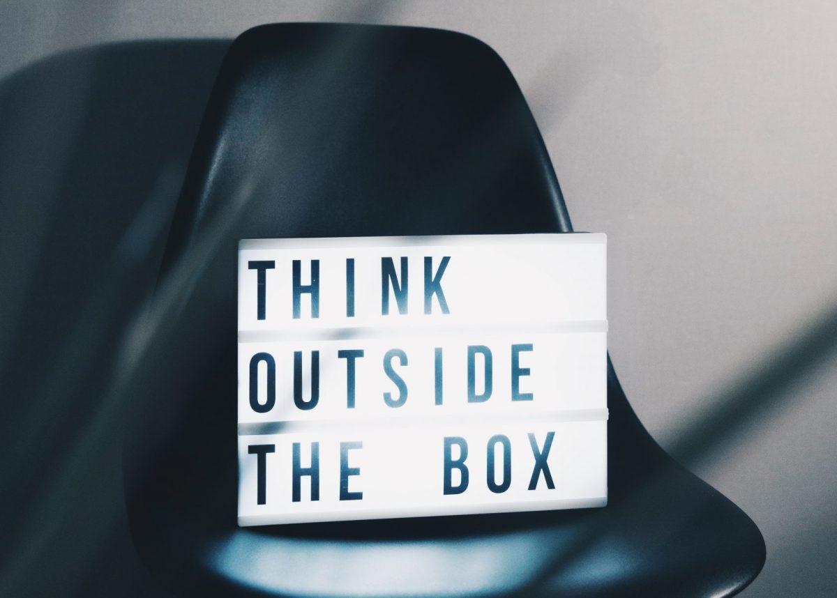 """Stuhl mit Leuchtbox mit der Aufschrift """"Think outside the box"""""""