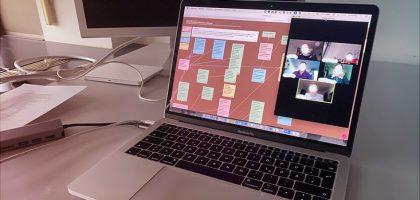 Foto eines Laptops, auf dem eine digitale Moderationswand in einer Videokonferenz zu sehen ist.